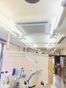 天井に空気清浄システムを設置しています。